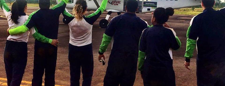 Colorido dos paraquedas ganha céu da Capital em ação que une aventura e conscientização